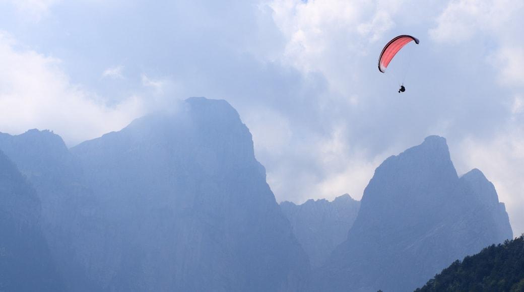 Molveno mostrando montagna e paracadutismo sportivo