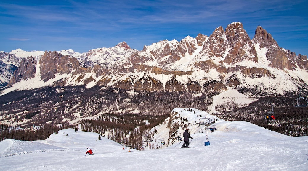 Cortina d\'Ampezzo featuring snow, snow skiing and mountains