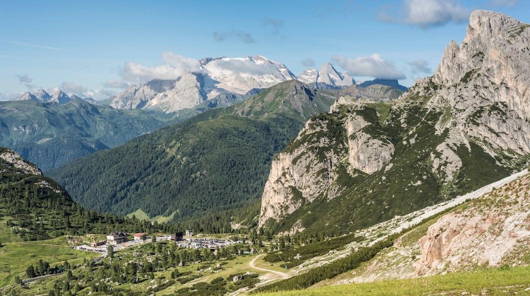 Cortina d\'Ampezzo das einen Landschaften, Berge und Kleinstadt oder Dorf
