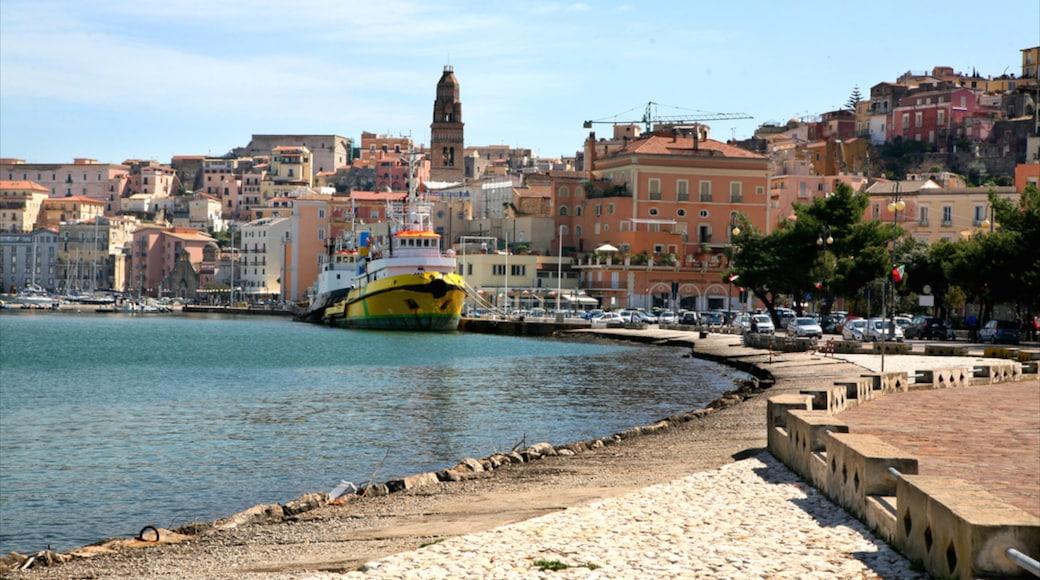 Gaeta que incluye una playa, una localidad costera y vistas de una costa