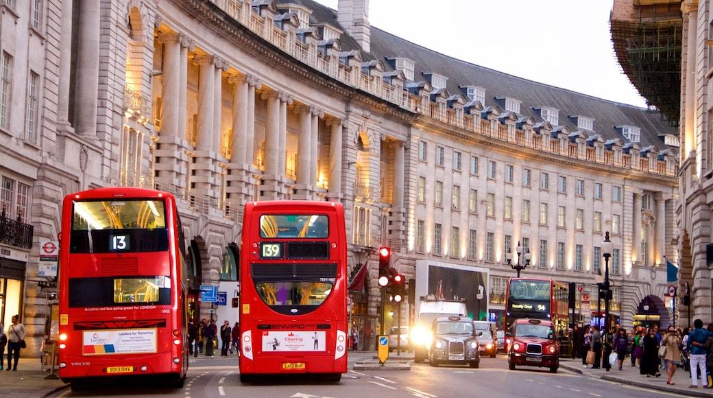 Piccadilly Circus presenterar gatuliv, affärsdistrikt och en stad