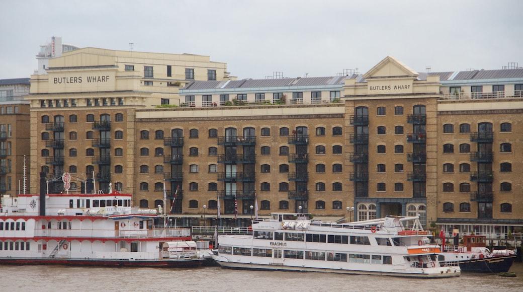 Southwark som visar historisk arkitektur och en färja