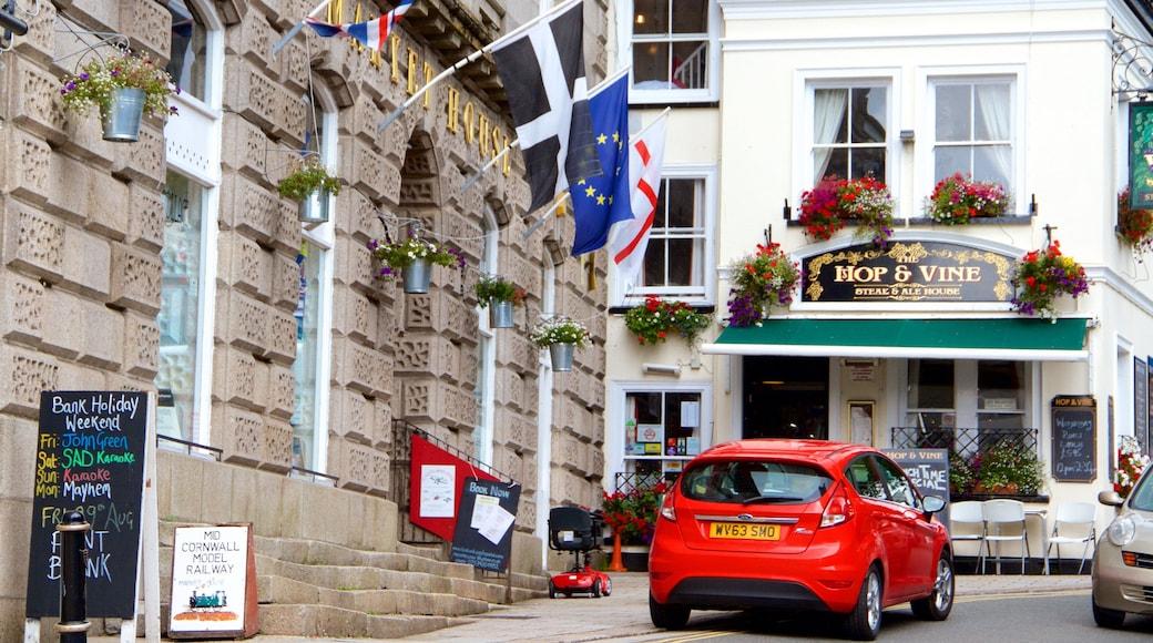 St Austell montrant signalisation et ville