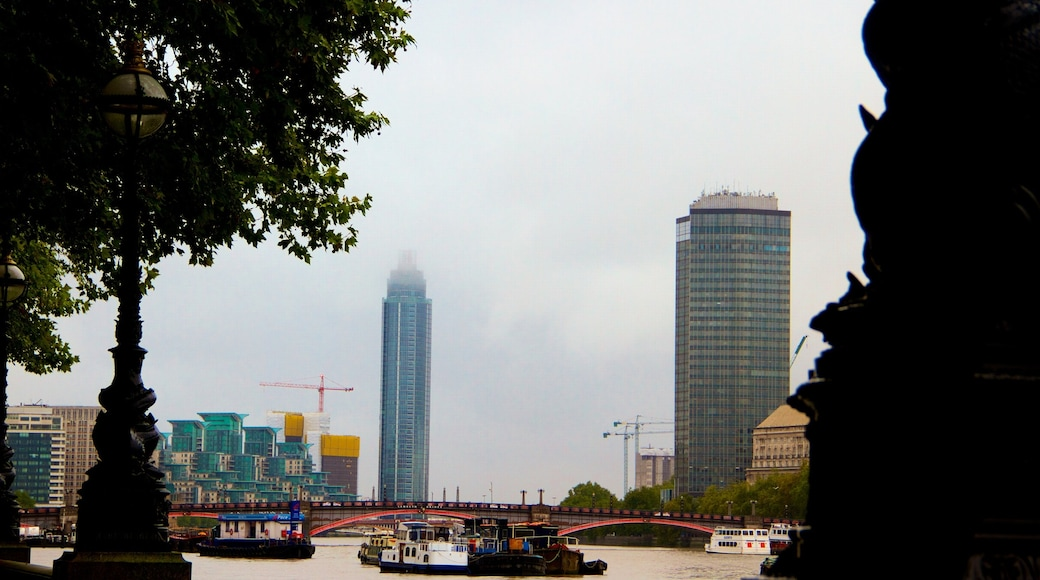 Thames River ซึ่งรวมถึง เมือง, แม่น้ำหรือลำธาร และ ตึกระฟ้า