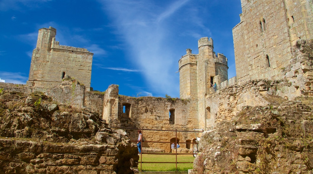 Bodiam Castle showing a ruin and heritage elements