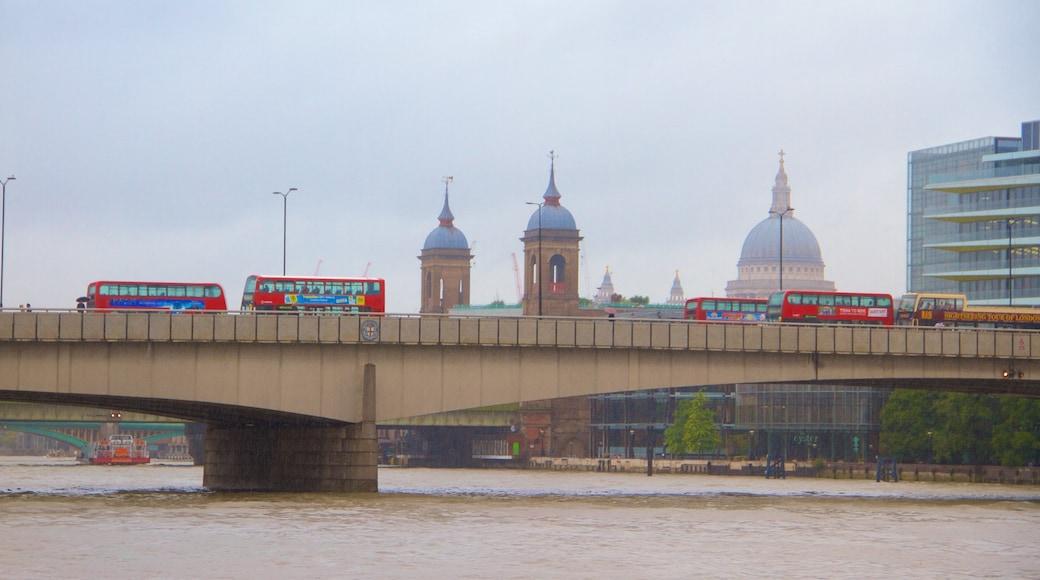 London Bridge caracterizando um rio ou córrego, uma ponte e uma cidade