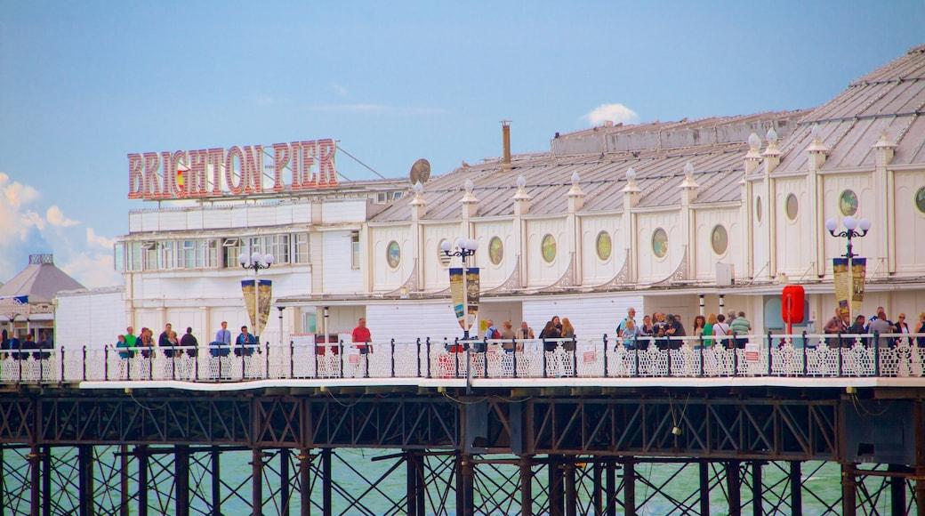 Brighton Pier welches beinhaltet Beschilderung
