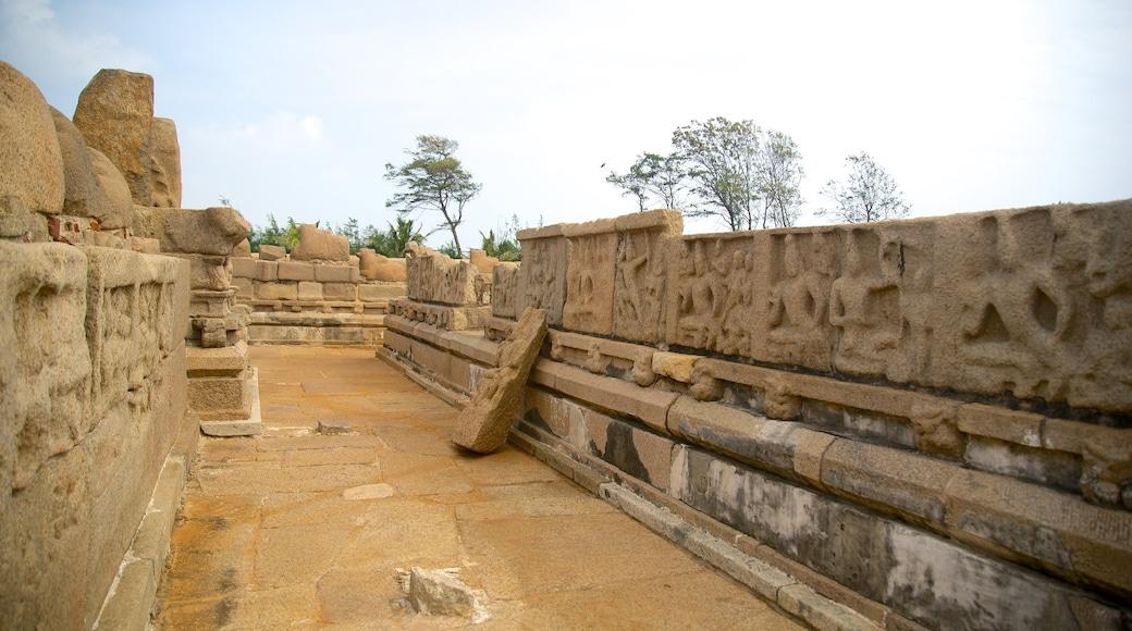 Đền Duyên Hải trong đó bao gồm đền chùa và kiến trúc di sản