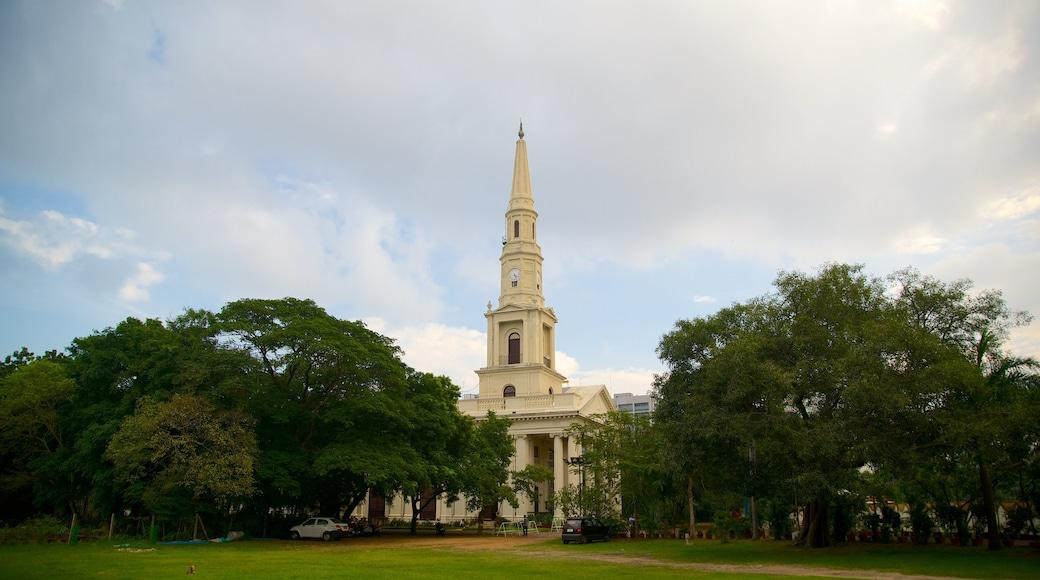 Nhà thờ St. Andrew\'s cho thấy khu vườn
