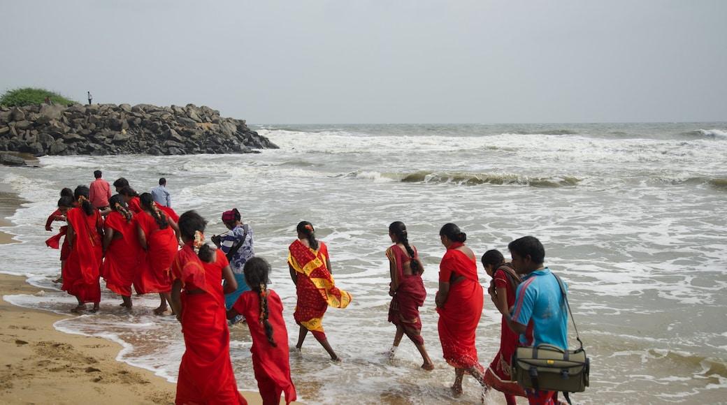 Bãi biển Mamallapuram có tính năng bãi biển cũng như nhóm nhỏ