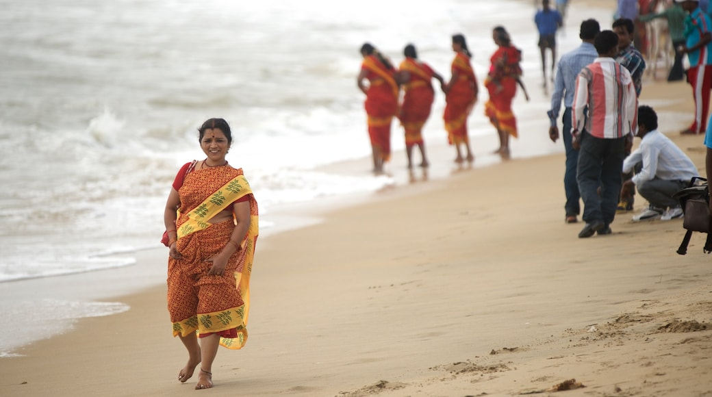Bãi biển Mamallapuram cho thấy bãi biển cát cũng như phụ nữ