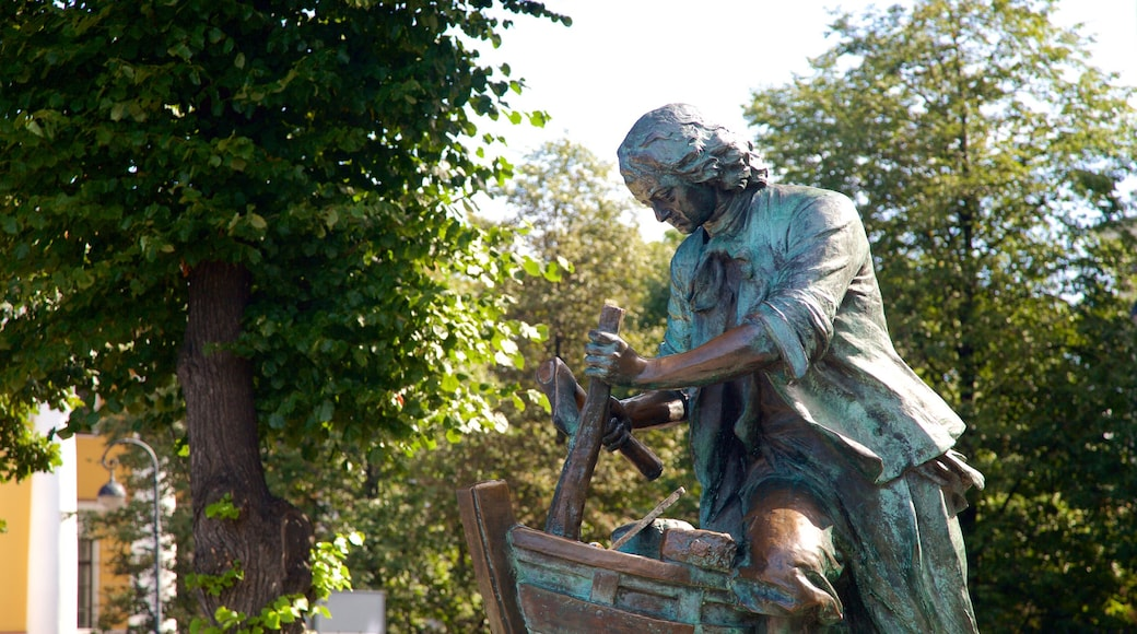 Embarcadero del almirantazgo que incluye una estatua o escultura