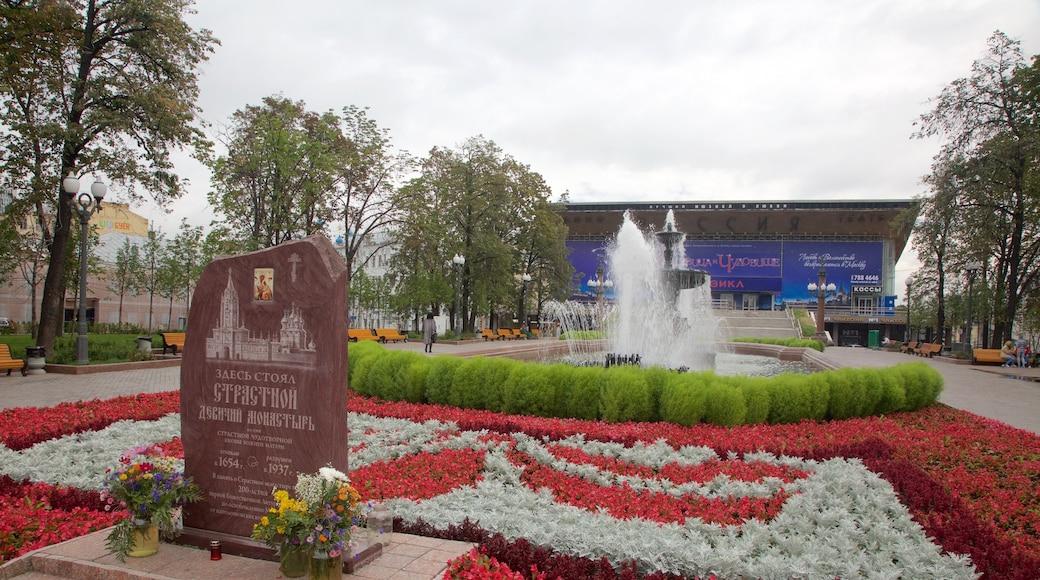 Puschkin-Platz mit einem Springbrunnen und Park