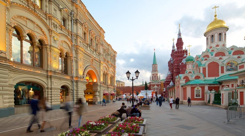 Kreml das einen historische Architektur und Straßenszenen