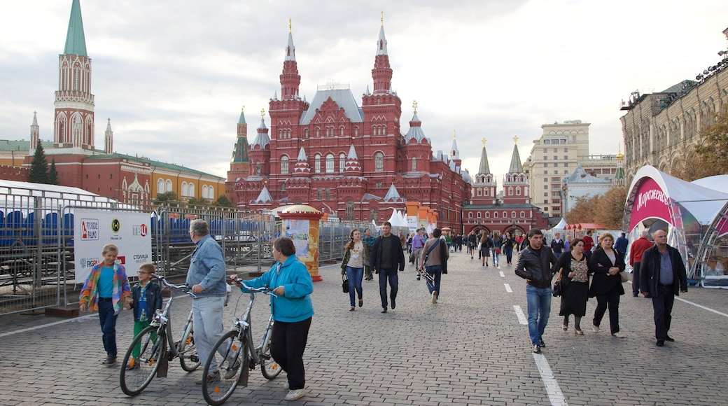 Kremlin showing street scenes and a city