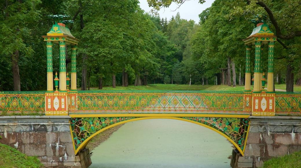 Palácio de Alexandre mostrando uma ponte e um rio ou córrego