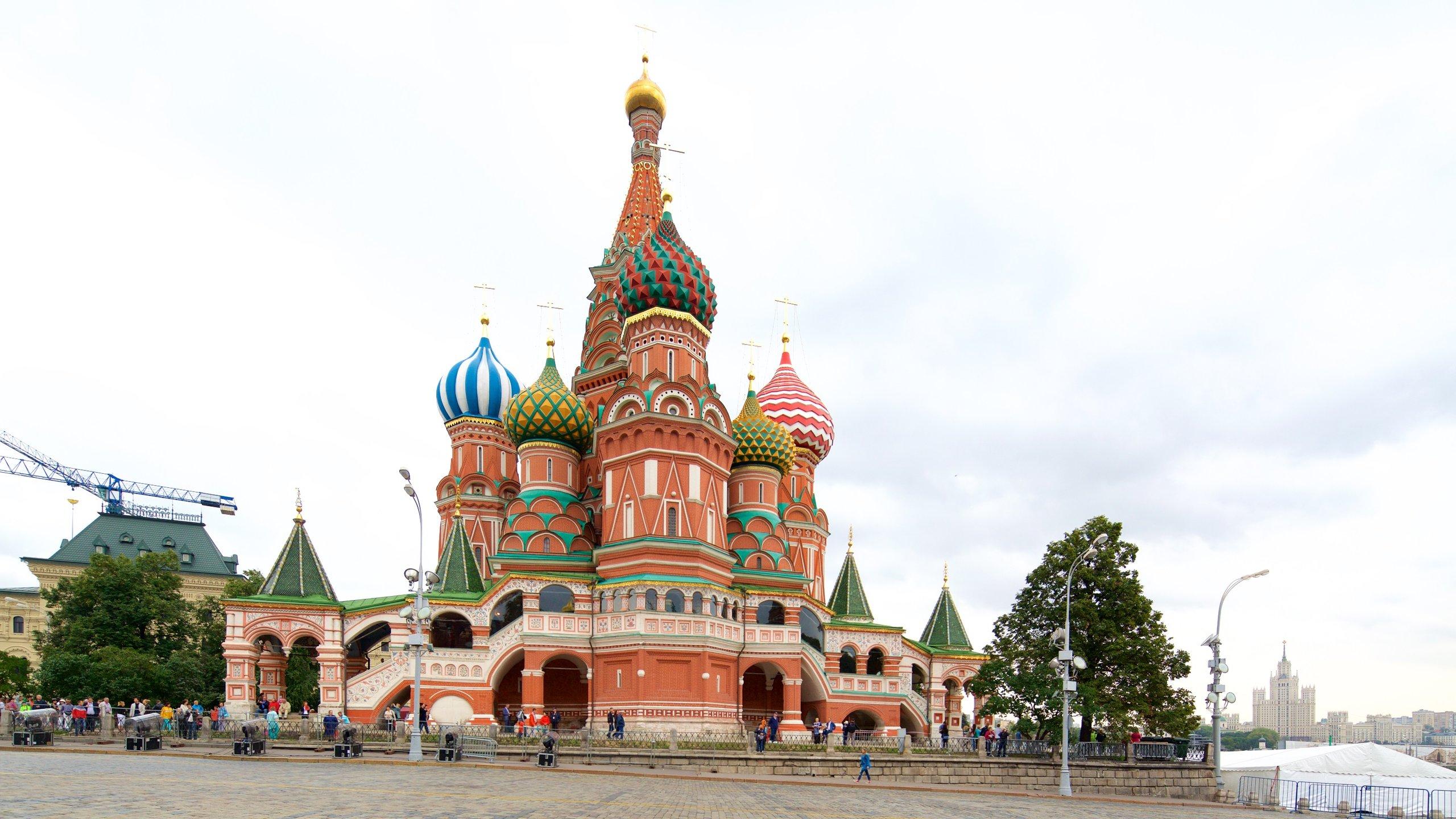 Seguramente si piensas en Rusia te vendrá a la cabeza la imagen de este icónico edificio, cuyas cúpulas en forma de cebolla contrastan con el perfil de Moscú.