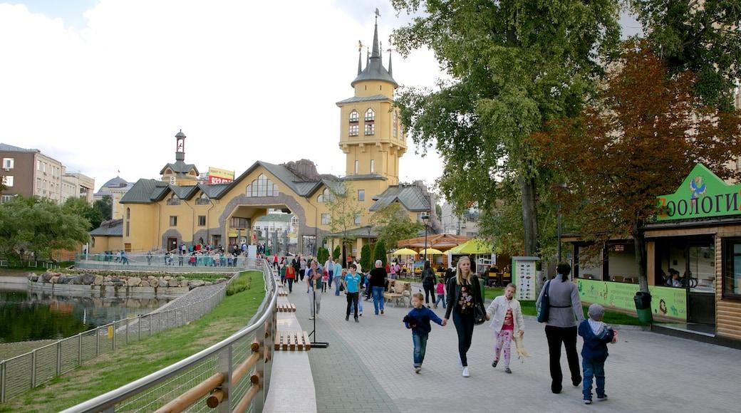 Zoo Moskau sowie kleine Menschengruppe