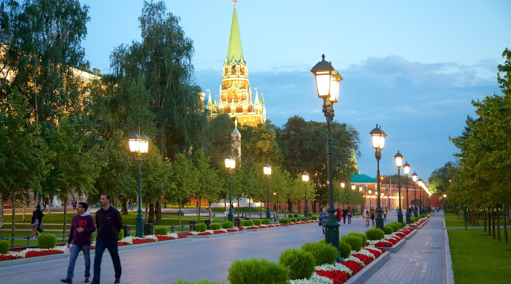 Alexandergarten welches beinhaltet Garten sowie kleine Menschengruppe