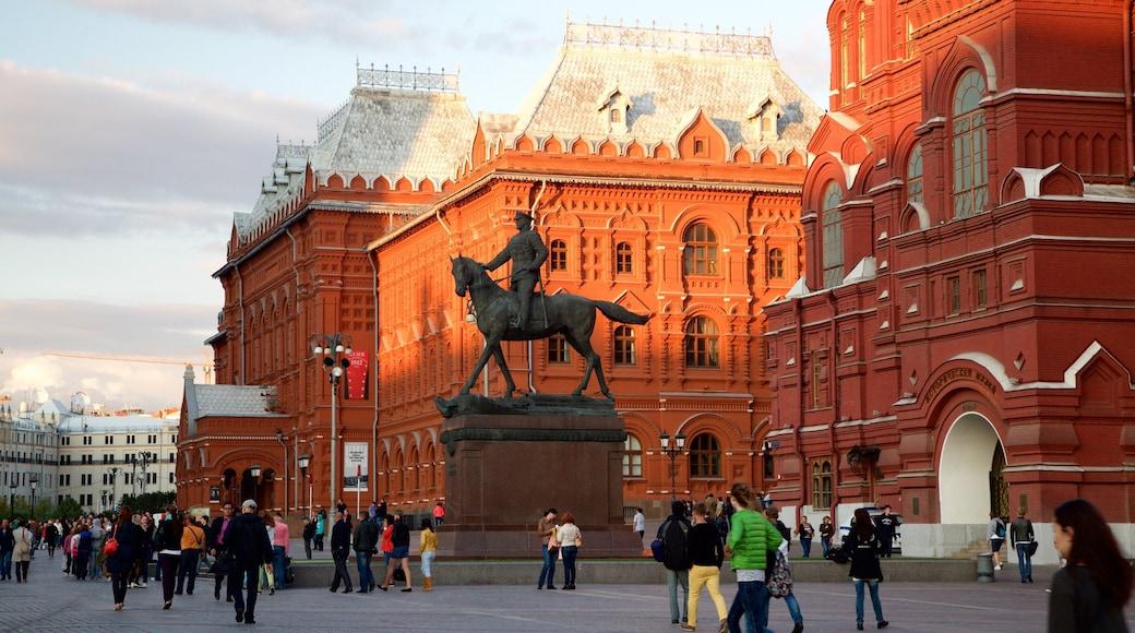 Staatliches Historisches Museum welches beinhaltet Platz oder Plaza und Statue oder Skulptur