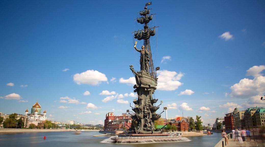 Monument à Pierre le Grand montrant monument et rivière ou ruisseau