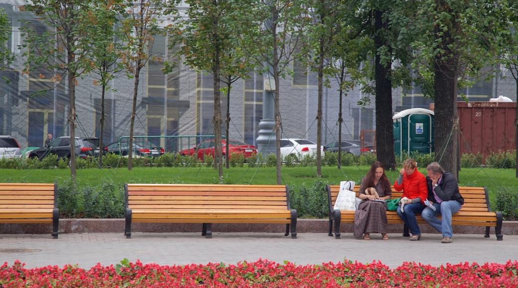 Puschkin-Platz mit einem Park sowie kleine Menschengruppe