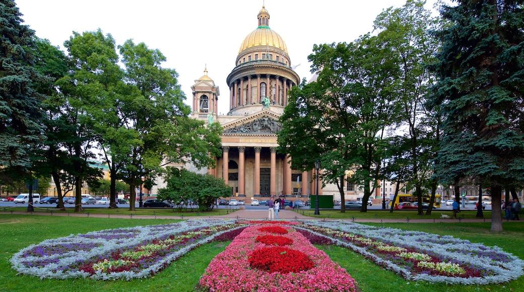 Iisakinkirkko joka esittää kirkko tai katedraali, kukat ja puisto