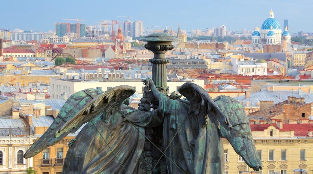 Iisakinkirkko featuring patsas tai veistos ja kaupunki