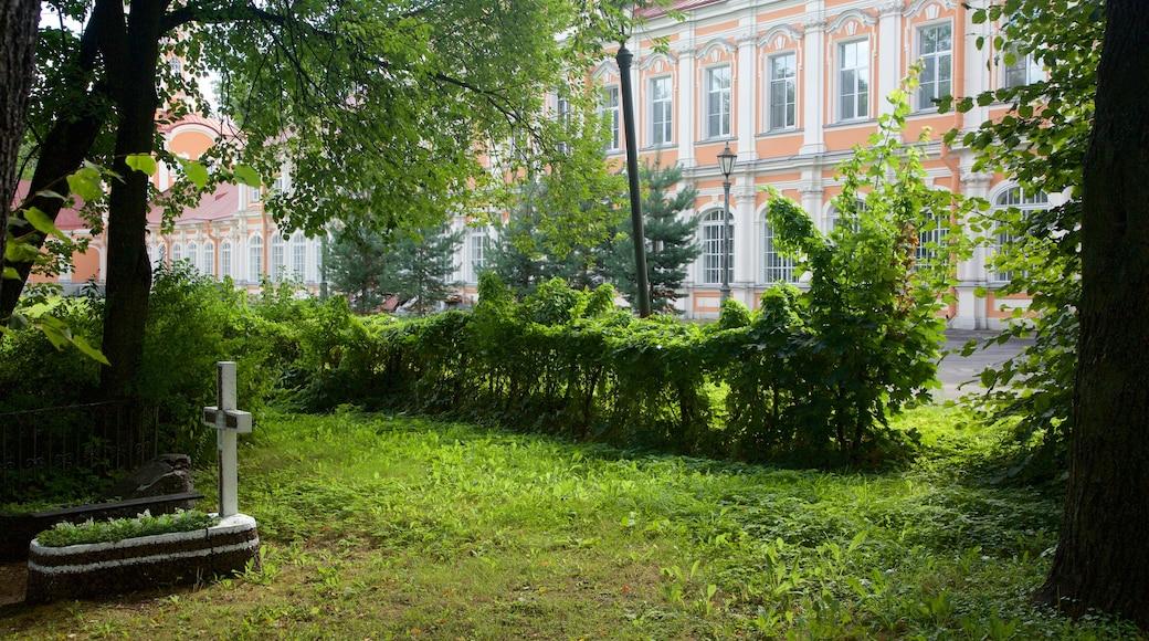 Alexander Nevsky Lavra som visar en trädgård