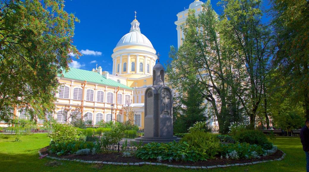 Alexander Nevsky Lavra som visar en trädgård och historisk arkitektur
