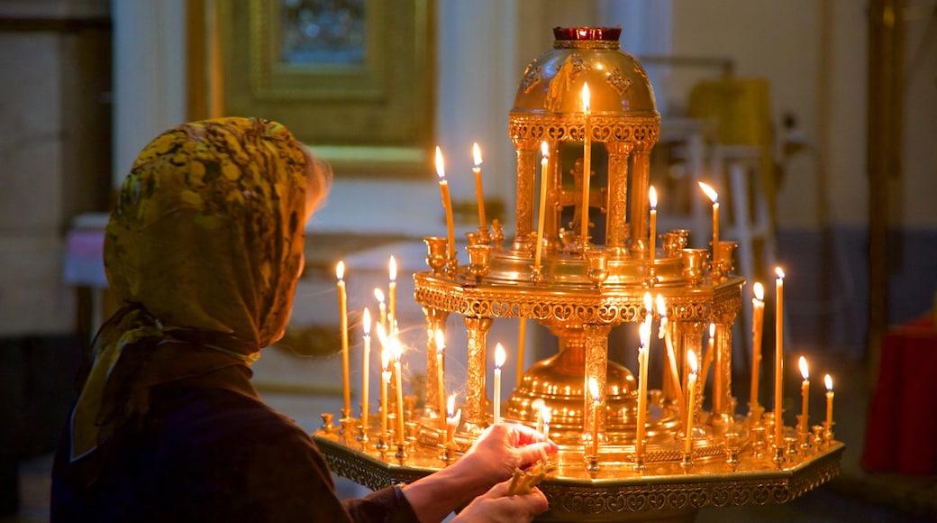 Alexander Nevsky Lavra som visar religiösa aspekter såväl som en kvinna