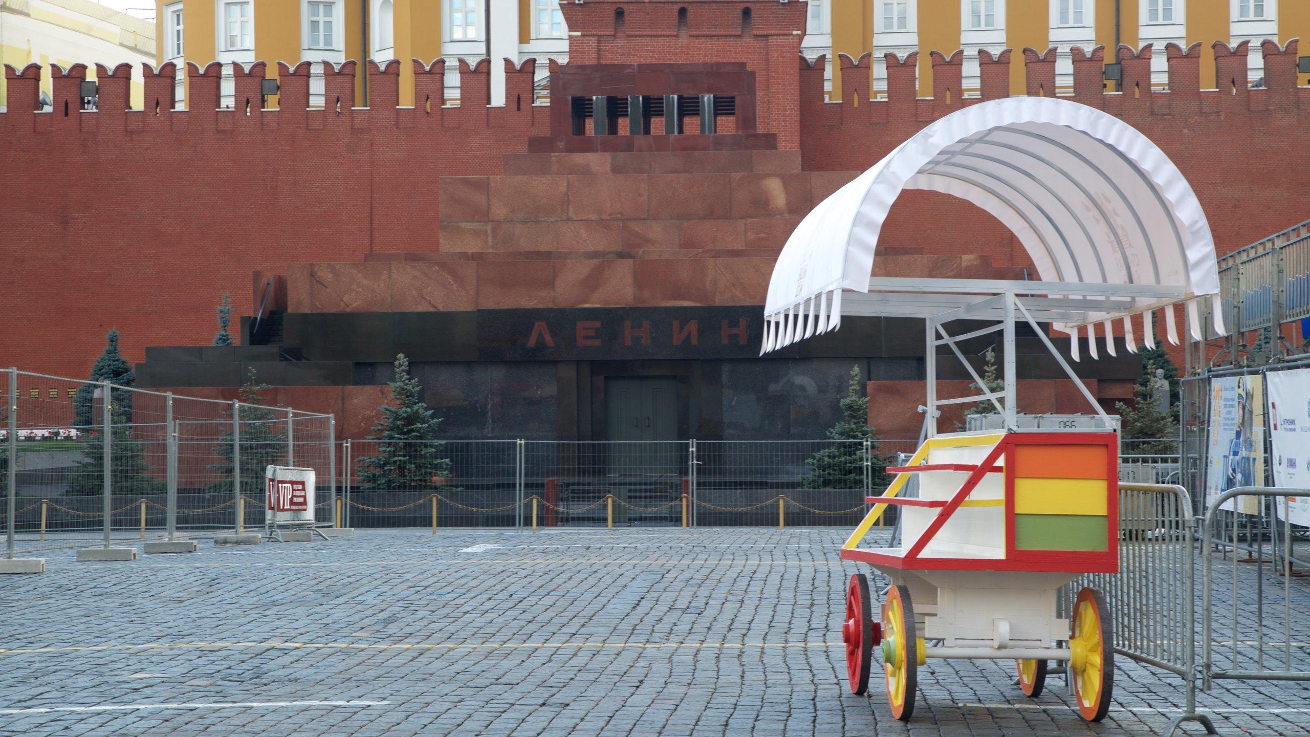 Muchas personas visitan esta tumba para presentar sus respetos o simplemente porque sienten curiosidad por ver el cuerpo embalsamado de Vladímir Lenin, el famoso revolucionario que lideró la Unión Soviética.