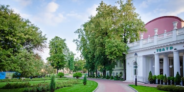 Hermitage Garden showing heritage architecture and a park