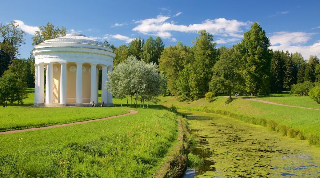Pavlovsk Palace and Park som visar en å eller flod och en trädgård