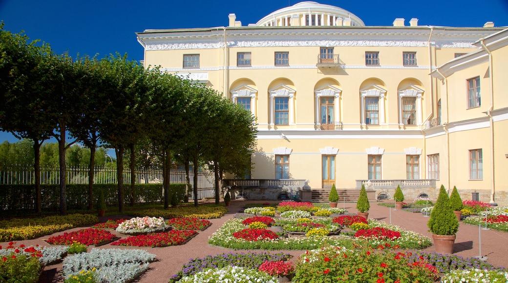 Pavlovsk Palace and Park som visar historisk arkitektur och blommor