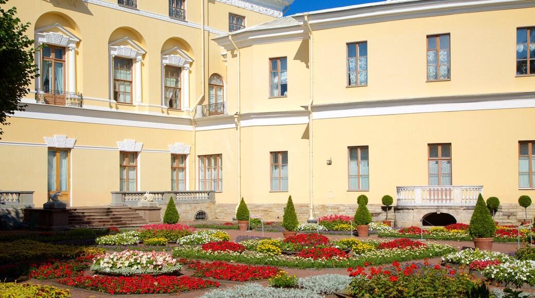 Pavlovsk Palace and Park som visar en trädgård och blommor