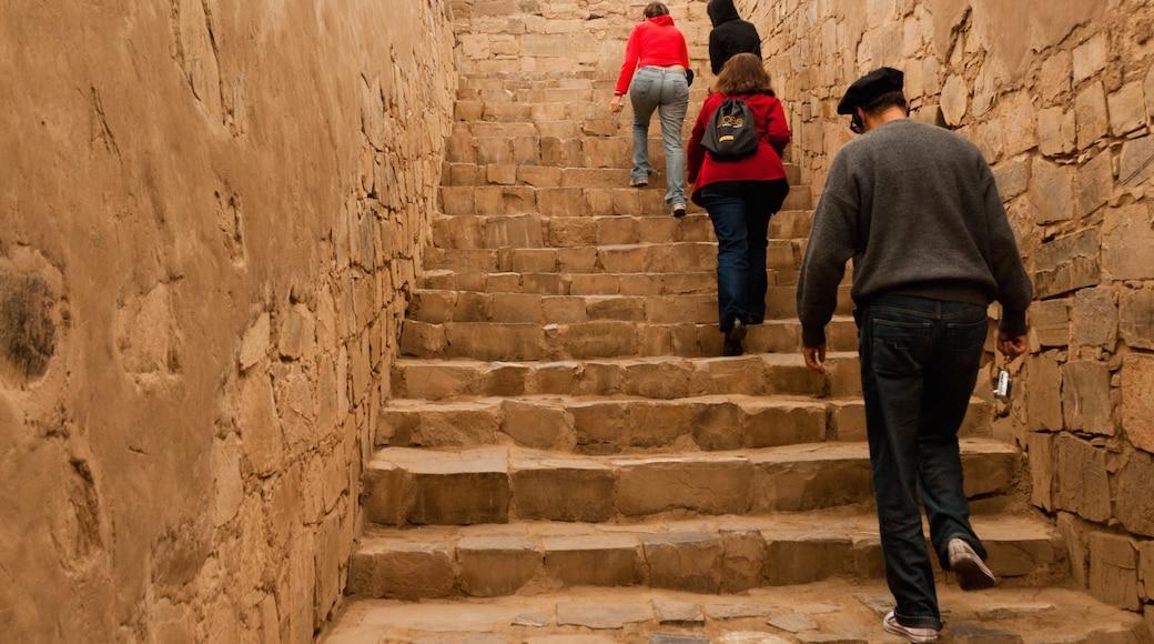 Pachacámac sowie kleine Menschengruppe