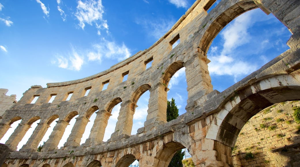 Pula showing a ruin and heritage elements