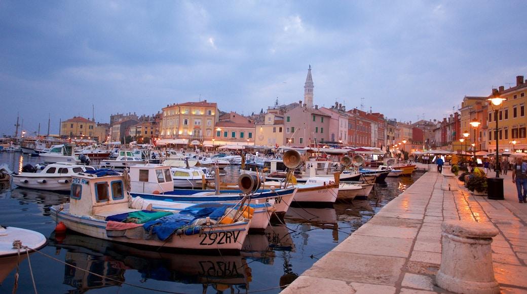 Rovinj welches beinhaltet Marina und Stadt