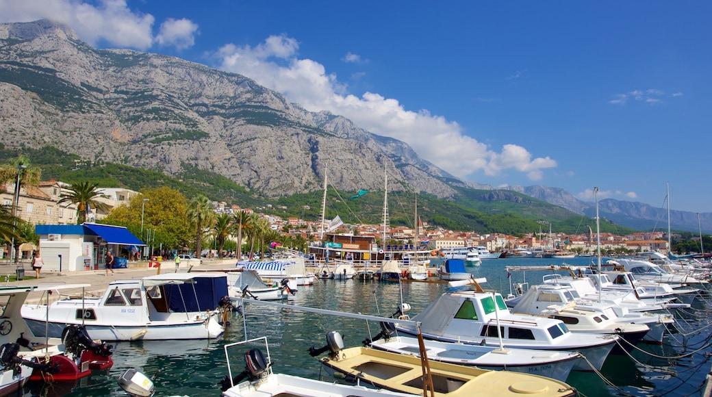 Makarska mit einem Marina und Berge