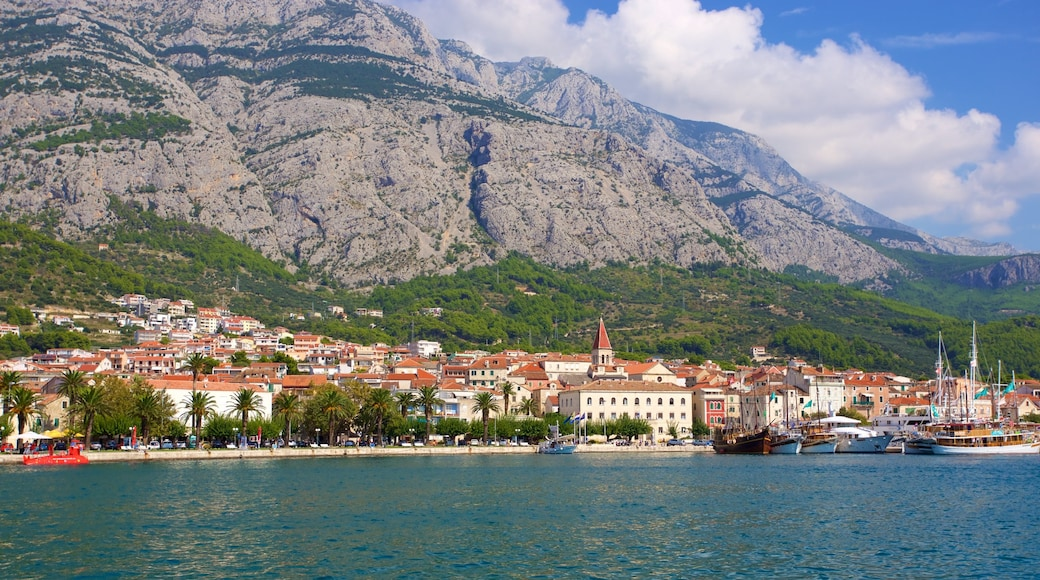 Makarska mit einem allgemeine Küstenansicht und Berge