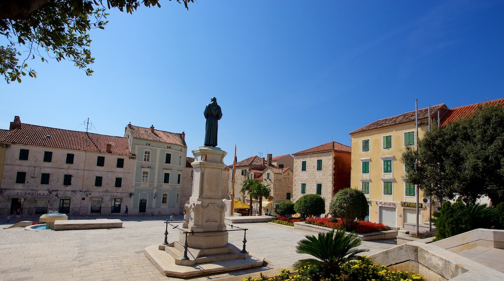 Makarska which includes a statue or sculpture and a square or plaza