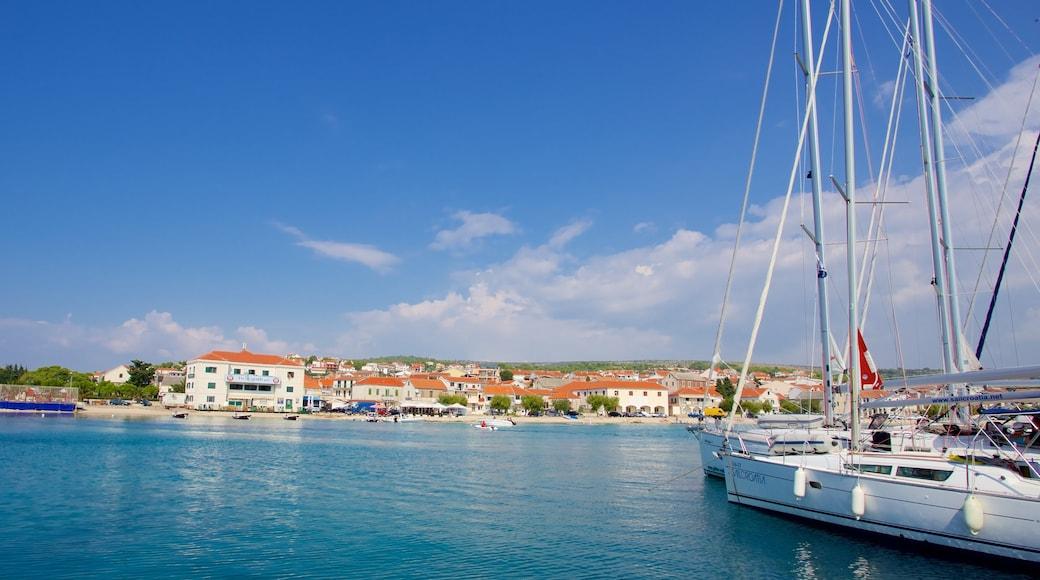 Strand von Primošten das einen Marina