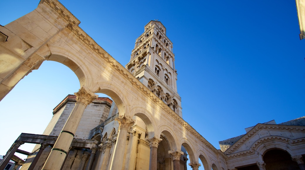 Diocletian\'s Palace showing heritage architecture, a castle and heritage elements