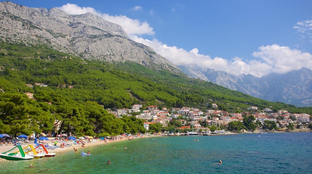 Brela strand som visar kustutsikter och berg