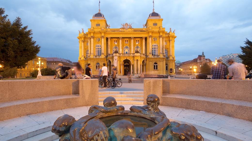Teatro Nacional Croata que incluye arquitectura patrimonial, escenas nocturnas y escenas de teatro