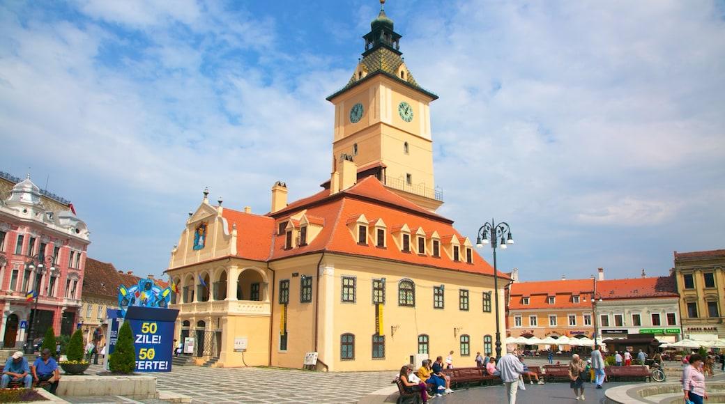 Brasov welches beinhaltet Platz oder Plaza, Verwaltungsgebäude und historische Architektur