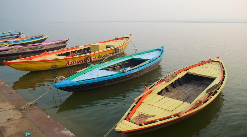 Varanasi fasiliteter samt bukt eller havn og båter