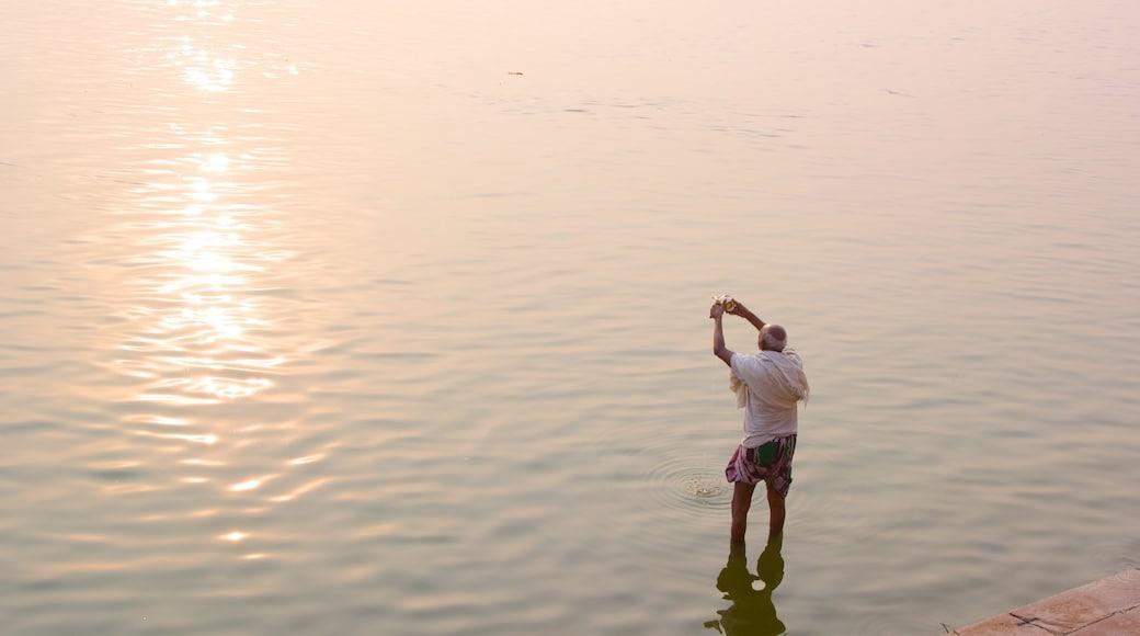 Tulsi Ghat som inkluderer fisking, solnedgang og innsjø