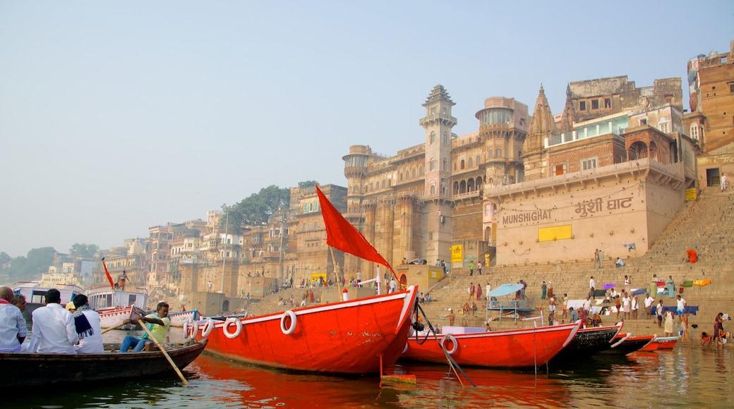 Varanasi fasiliteter samt båter, kystby og bukt eller havn